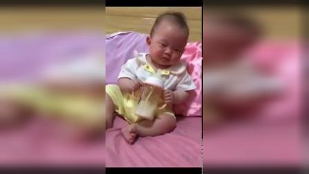 小宝宝睡梦中抱着奶瓶喝奶,都喝没有了,还舍不得放手!