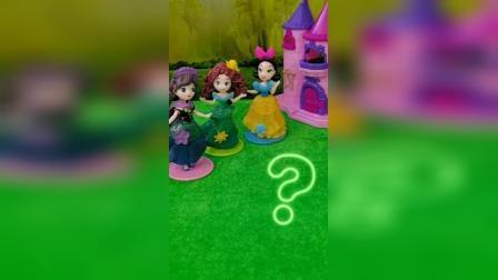 贝儿公主在踢球,白雪公主在玩橡皮泥,美人鱼在玩巧克力金币,艾利尔呢?