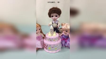 可可过生日,彤彤姐妹给可可准备了生日蛋糕,可可好开心