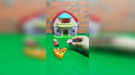 佩奇用自己的零花钱买的披萨,乔治找姐姐玩,佩奇给他吃?