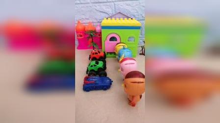 大宇舍不得给小汽车吃抹茶卷,小汽车不带大宇玩,大宇就自己玩吧!