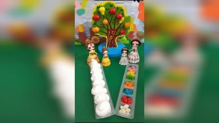贝儿做了酸奶果冻,白雪做了糖果果冻,小朋友你喜欢谁做的果冻呢?
