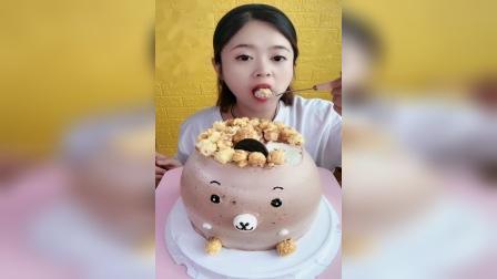 """萌姐吃播:宝宝们,你们手机打""""小蛋糕""""后面会出现什么字?小蛋糕给你带好吃的回来了"""