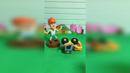 乔治可喜欢玩自己的小铲车了,光头强和小鬼看到了,太逗啦
