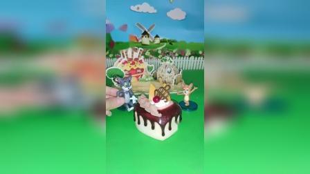 杰瑞鼠给大恶犬准备了蛋糕,汤姆猫想吃一口,结果被大恶犬吓跑了!
