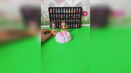 小白雪和小贝儿一天生日,小白雪也想要生日蛋糕,小贝儿拿着蛋糕跟小白雪一起分享!