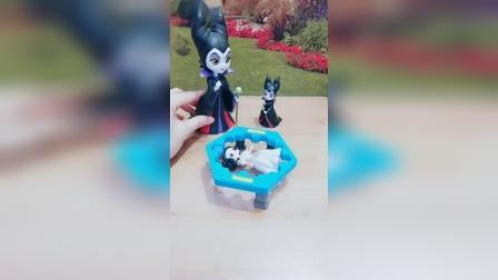 小猪佩奇玩具:王后为什么抓佩奇?