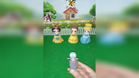 小猪佩奇玩具:警察叔叔抓坏人,小鬼告诉警察他爸爸是坏人