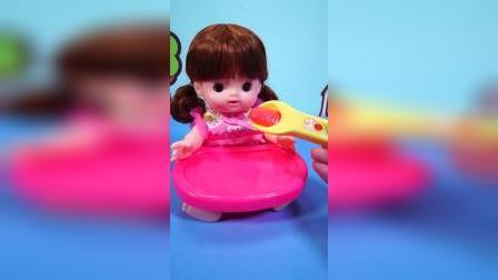 小妹妹饿的肚子咕咕叫,打开冰箱,发现了有一盒冰激凌快来开吃吧!