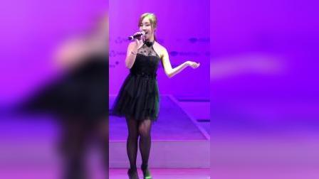 贝加尔湖演唱会#美女黑色蕾丝裙演唱