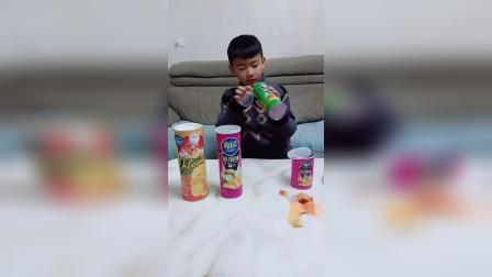 儿童亲子游戏:都来吃薯片喽,又香又脆,超级美味。