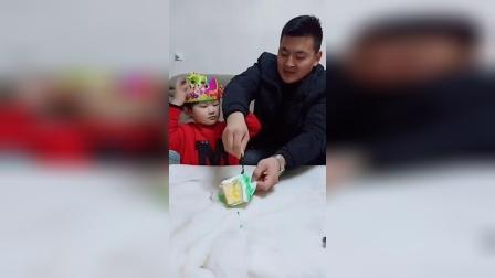 益智玩具:宝贝吃蛋糕,老爸微微笑。