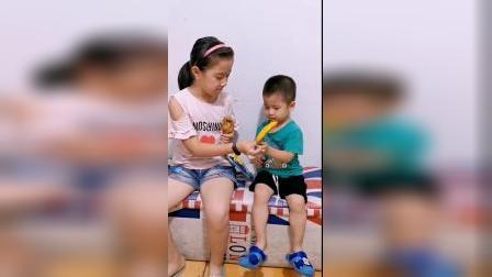 弟弟以为姐姐拿的是芒果冰棍,于是用大鸡腿和姐姐交换了芒果!