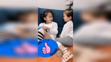 妹妹想要吃姐姐的糖果,还说是怕姐姐牙疼,要帮她吃一口!