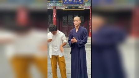 王宝强重回少林寺,调侃师弟棍子打断了