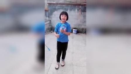 让女儿看妹妹,结果她只顾着玩,让妹妹自己玩水!