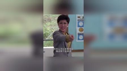 开心鬼上身,乖乖女直接在教室跳舞,真是搞笑!