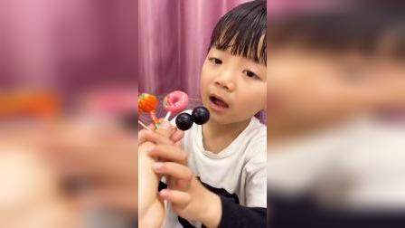 童年趣事:哪个棒棒糖可以吃呢