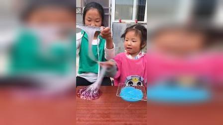 趣味童年:姐姐和妹妹玩起泡胶,紫色的水晶泥太漂亮了