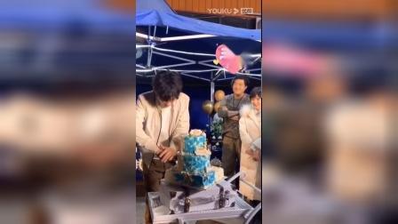 重启2:朱一龙过生日切蛋糕,胖子小白宠溺的笑容好可爱啊