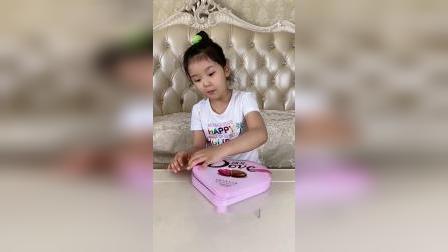 小萌娃吃心形巧克力礼盒