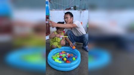 童年趣事:水里捞玩具