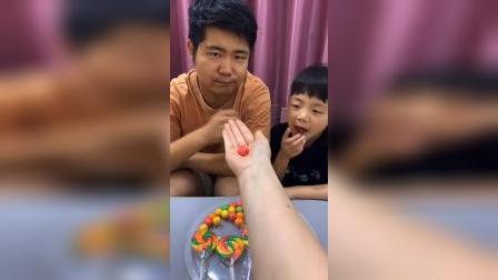 童年趣事:妈妈不在家,哥哥弟弟又偷吃糖了