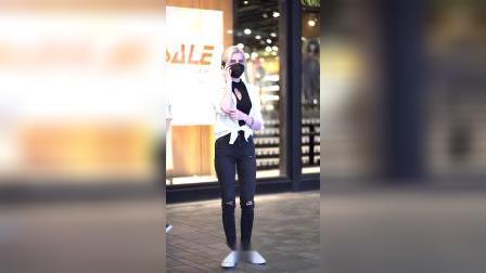 街拍上海街头穿破洞牛仔裤的小姐姐