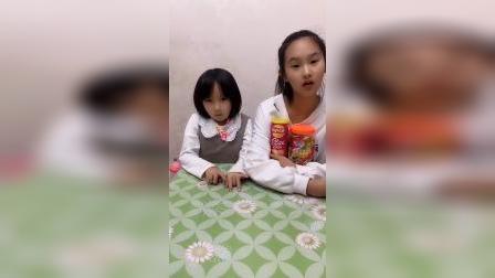 童年趣事:姐姐把妹妹的好吃的抢走了
