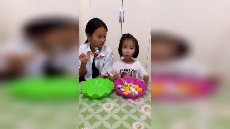 童年趣事:姐姐和妹妹一起吃糖果