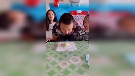 童年趣事:姐姐和妹妹给爸爸留了一块蛋糕