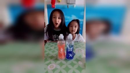 童年趣事:姐姐和妹妹一起喝饮料啦