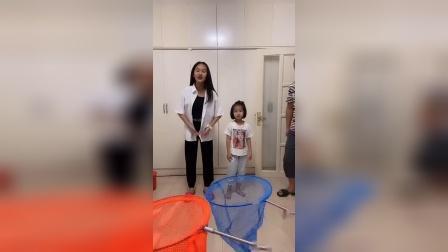 童年趣事:姐姐和妹妹一起投球啦