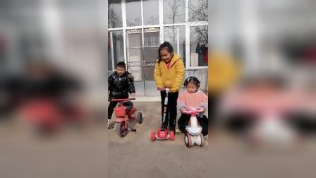 童年趣事:三个小宝贝一人一个车