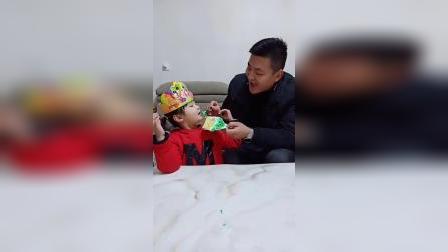 亲子游戏:宝贝吃蛋糕,老爸微微笑。