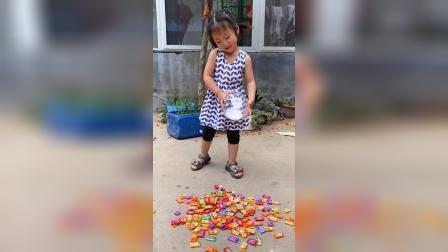 童年趣事熊孩子把糖全扔地上了