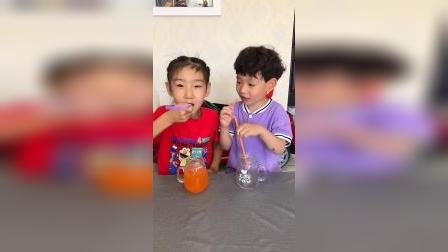 童年趣事:姐姐给弟弟倒好喝的