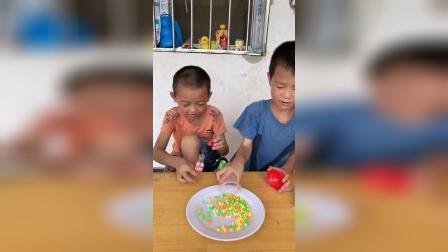 童年趣事:哥哥和弟弟倒出来好多什么呀