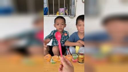 童年趣事:哥哥和弟弟替换着用勺子吃果冻