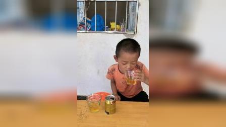 童年趣事:哥哥和弟弟一起喝饮料