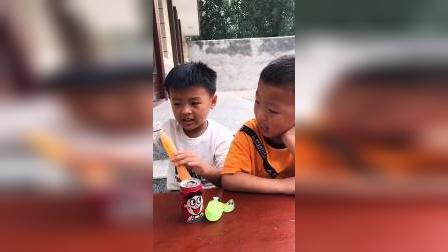 亲子游戏:哥哥就爱吃独食,什么都不分享给弟弟
