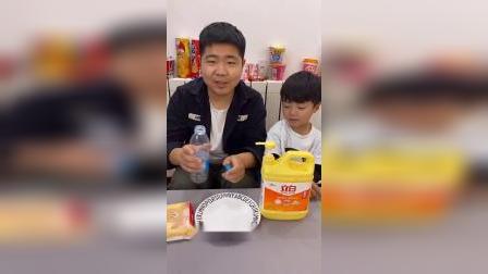 儿童益智玩具:弟弟想玩泡泡水,哥哥教他怎么做