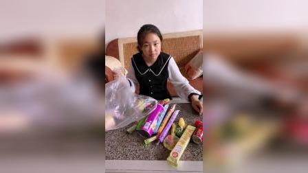 童年趣事:姐姐拿那么多好吃的是要出去玩吗