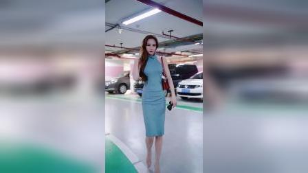 地下停车场遇到的美女,穿衣打扮很吸引人,真养眼!