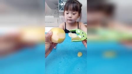 亲子游戏:妈给熙熙削个大苹果,好甜
