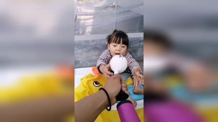 亲子游戏:妈妈把大鸭子充气,给熙熙玩....
