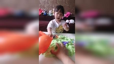 亲子游戏:绿色彩泥真好玩,妈妈来做个小雪人吧