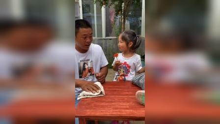童年游戏:爸爸擦桌子,依依就淘气