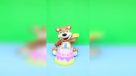 小熊扔蛋糕,不要被砸中哦