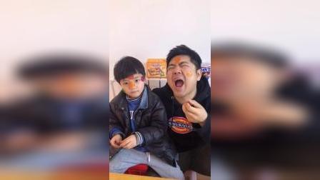童年趣事:爸爸和宝贝脸上贴着糖